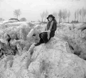 1917 Ditje bijl op de ijsschotsen (400x290)