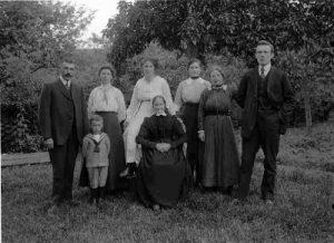 1920_juli een voorraad familie Bijl (400x290)