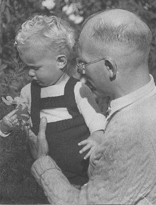 Arnold Blom en zoon kees 2 jr na geboorte (306x400)